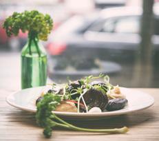 Rewelacyjne danie główne z wykorzystaniem pasternaku: jeleń, konfitura z cebuli, śmietana, fioletowy ziemniak, pasternak.